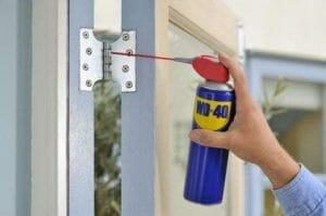 Hoe kan WD-40 gebruikt worden in huis?